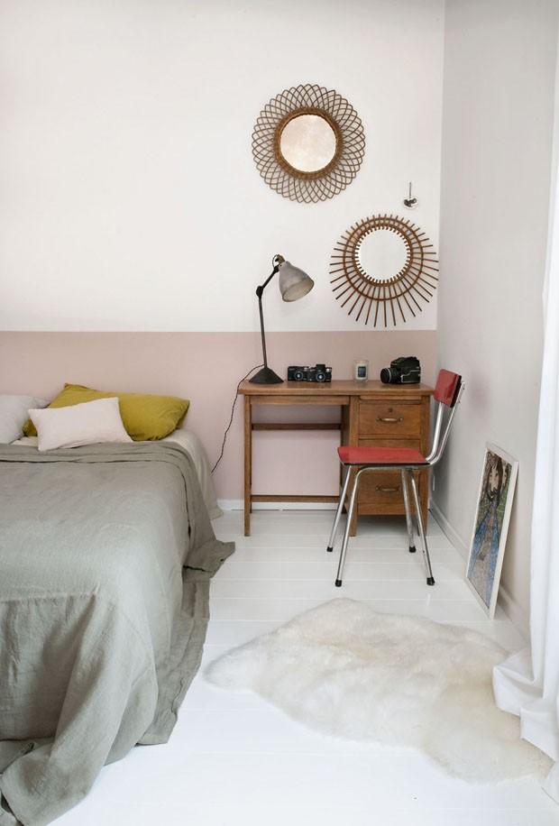 Décor do dia: quarto com atmosfera vintage e parede bicolor em rosa-claro (Foto: reprodução)