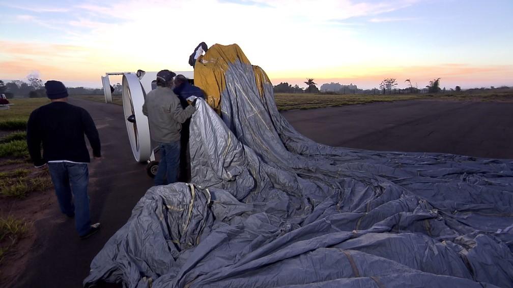 Lona de dirigível é esticada em aeroporto de São Pedro — Foto: Reprodução/EPTV