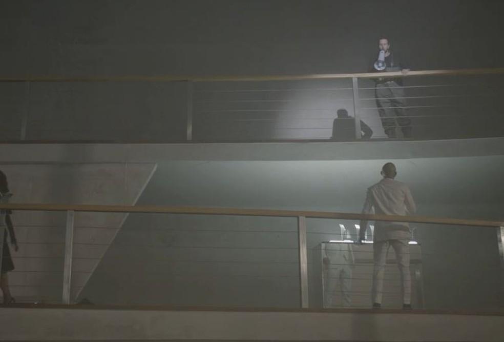 Davi (Vladimir Brichta) interrompe discurso de Álvaro (Irandhir Santos) — Foto: Globo