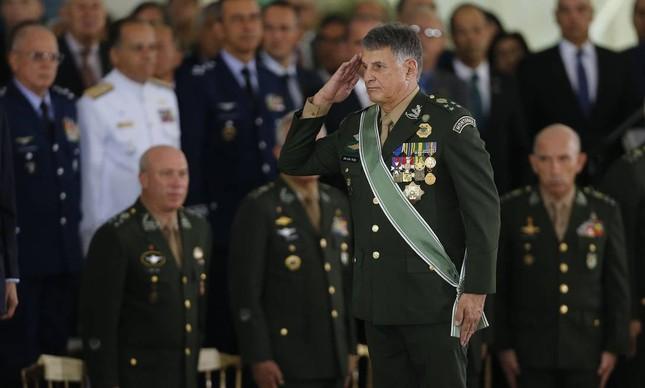 O comandante do Exército, Edson Pujol, em sua posse, em janeiro de 2019. Pujo; e os chefes da Marinha e da Aeronáutica também cogitam sair.
