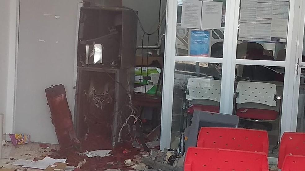 Grupo explode agência bancária em Bom Sucesso, no Sertão da Paraíba — Foto: Beto Silva/TV Paraíba