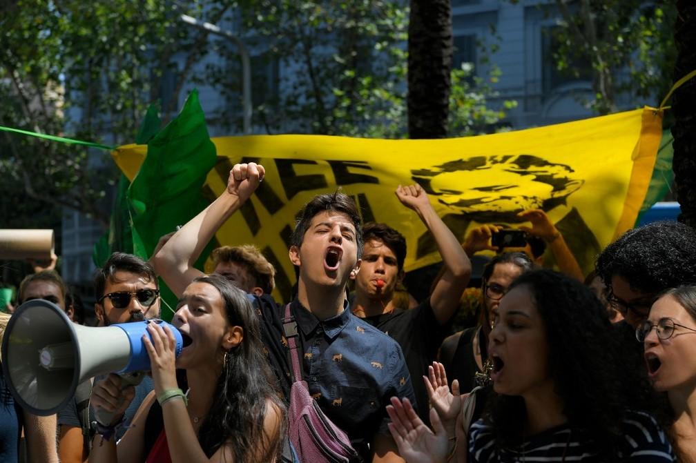Manifestantes também pediram a preservação da Amazônia em Barcelona, na Espanha. — Foto: Lluis Gene/AFP