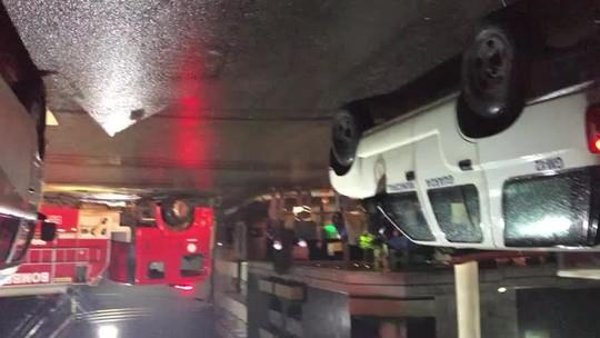 Carro fica destruído após pegar fogo no Centro de Barra Mansa, RJ