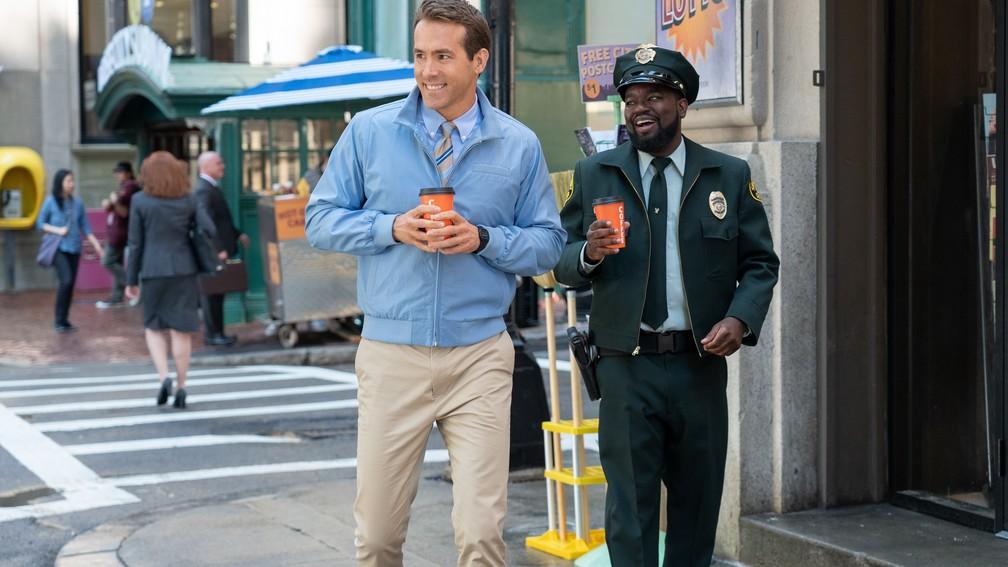 Ryan Reynolds e Lil Rel Howery em cena de 'Free Guy - Assumindo o controle' — Foto: Divulgação
