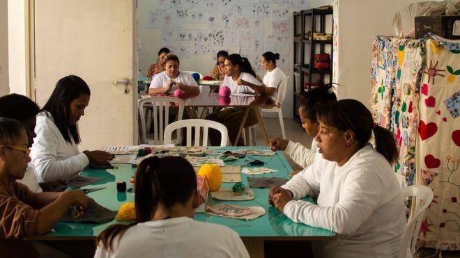 Presas ganham um dia a menos na prisão a cada três que trabalham na cooperativa  (Foto: BBC)