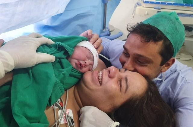 Pedro Neville e Fernanda Erasmi com Benjamin (Foto: Reprodução/Instagram)