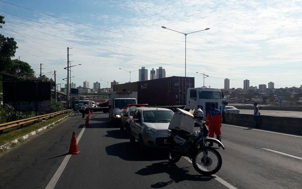 Acidente causou congestionamento na BR-324 (Foto: Juliana Cavalcante/ TV Bahia)