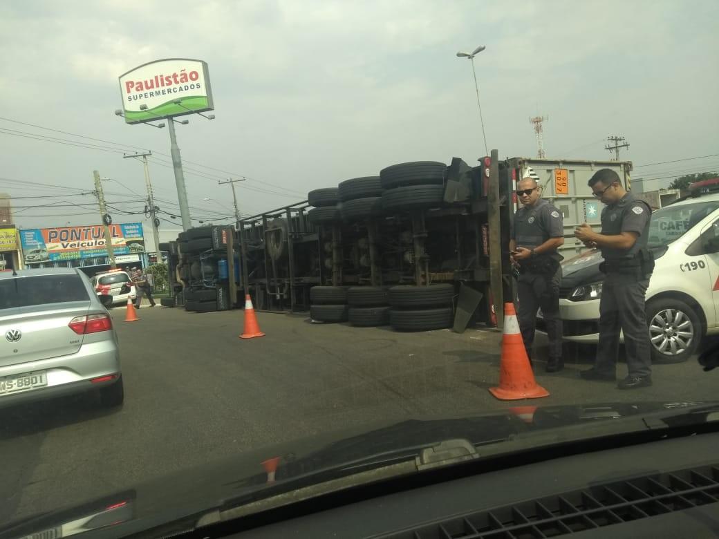 Suspeitos tombam caminhão durante fuga após assalto em Sumaré - Notícias - Plantão Diário
