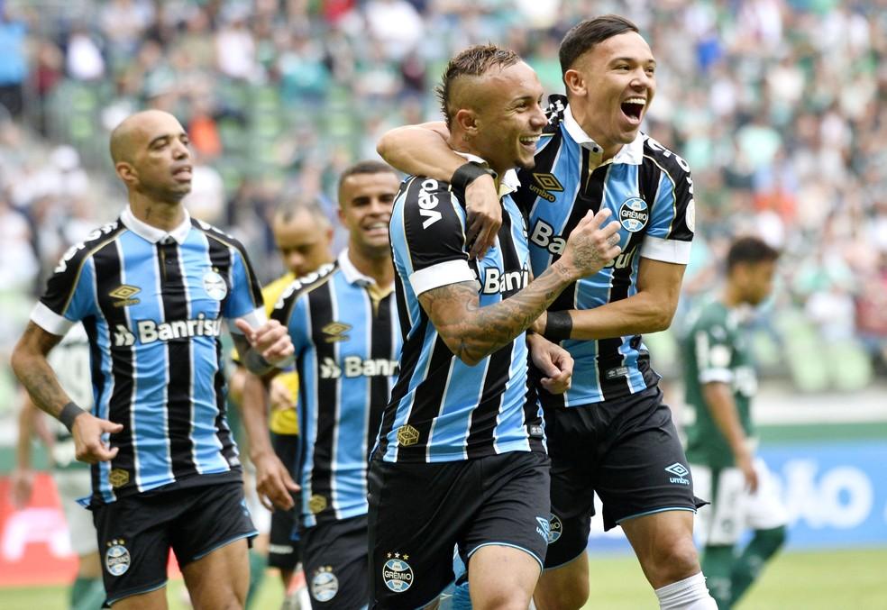 Everton e Pepê marcaram os gols do Grêmio no jogo — Foto: Marcos Ribolli