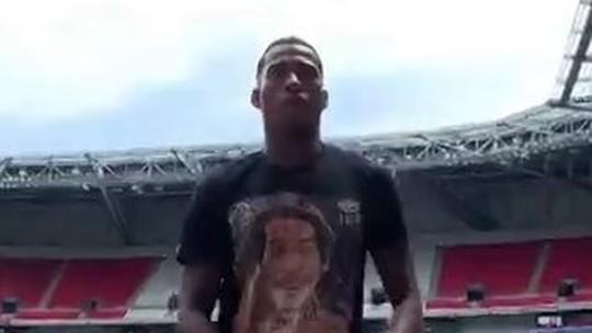 """Com direito a """"passinho"""", Jean Lucas chega ao Lyon e agradece ligação de Juninho Pernambucano"""