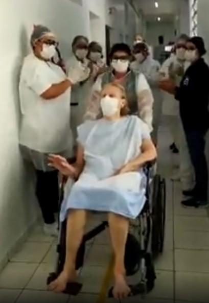 Após quase um mês internada, idosa de 84 anos é curada da Covid-19 em São Sebastião, SP