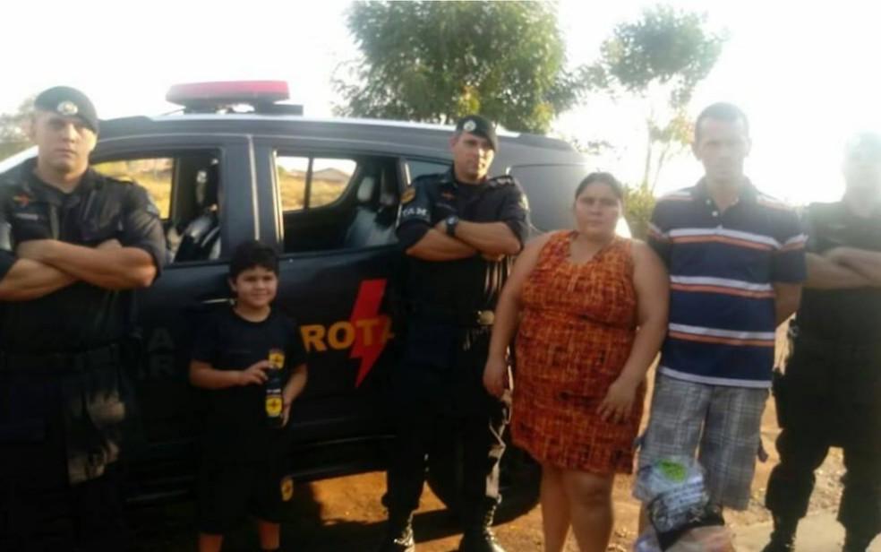 Luis Gustavo com a família e policiais da Rotam, em Caçu, Goiás — Foto: Reprodução/Facebook