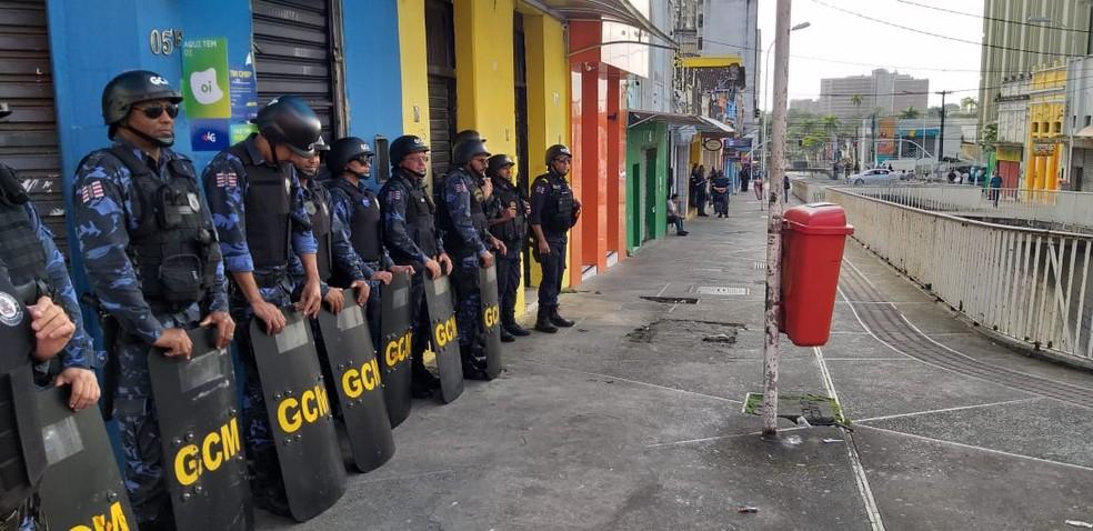 Ação da Sedurb acontece desde 4h com guardas municipais, policiais militares e agentes da secretaria, em João Pessoa — Foto: Danilo Alves/TV Cabo Branco