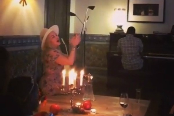 Madonna cantando com a família (Foto: Reprodução Instagram)