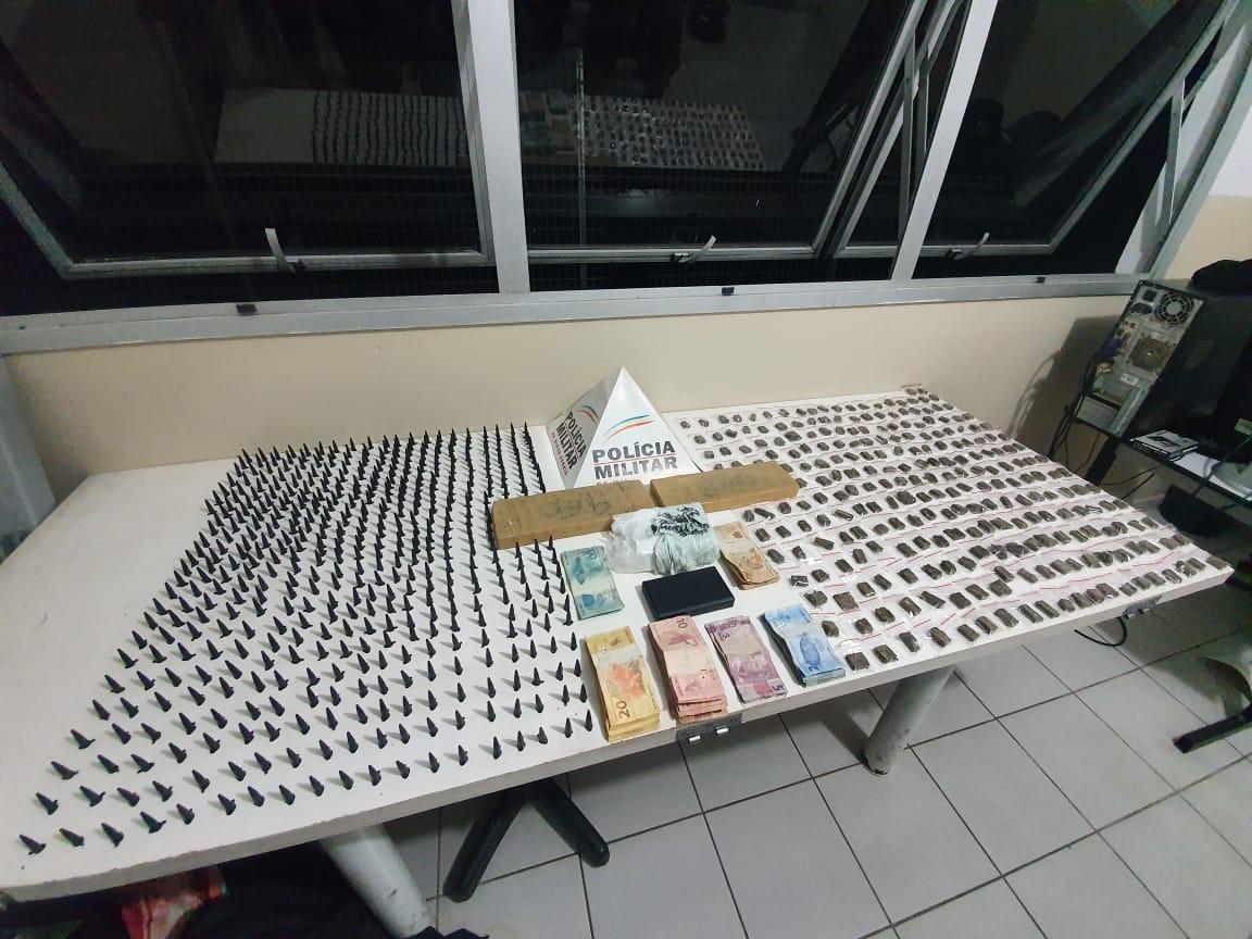 Homem é preso e menor apreendido com 500 pinos de cocaína e mais drogas em Pouso Alegre, MG
