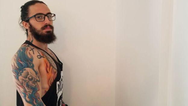 Pesquisador diz que paciente com Parkinson o agradeceu após tratamento e disse que pensava que todo tatuado era bandido (Foto: Arquivo pessoal via BBC News Brasil)