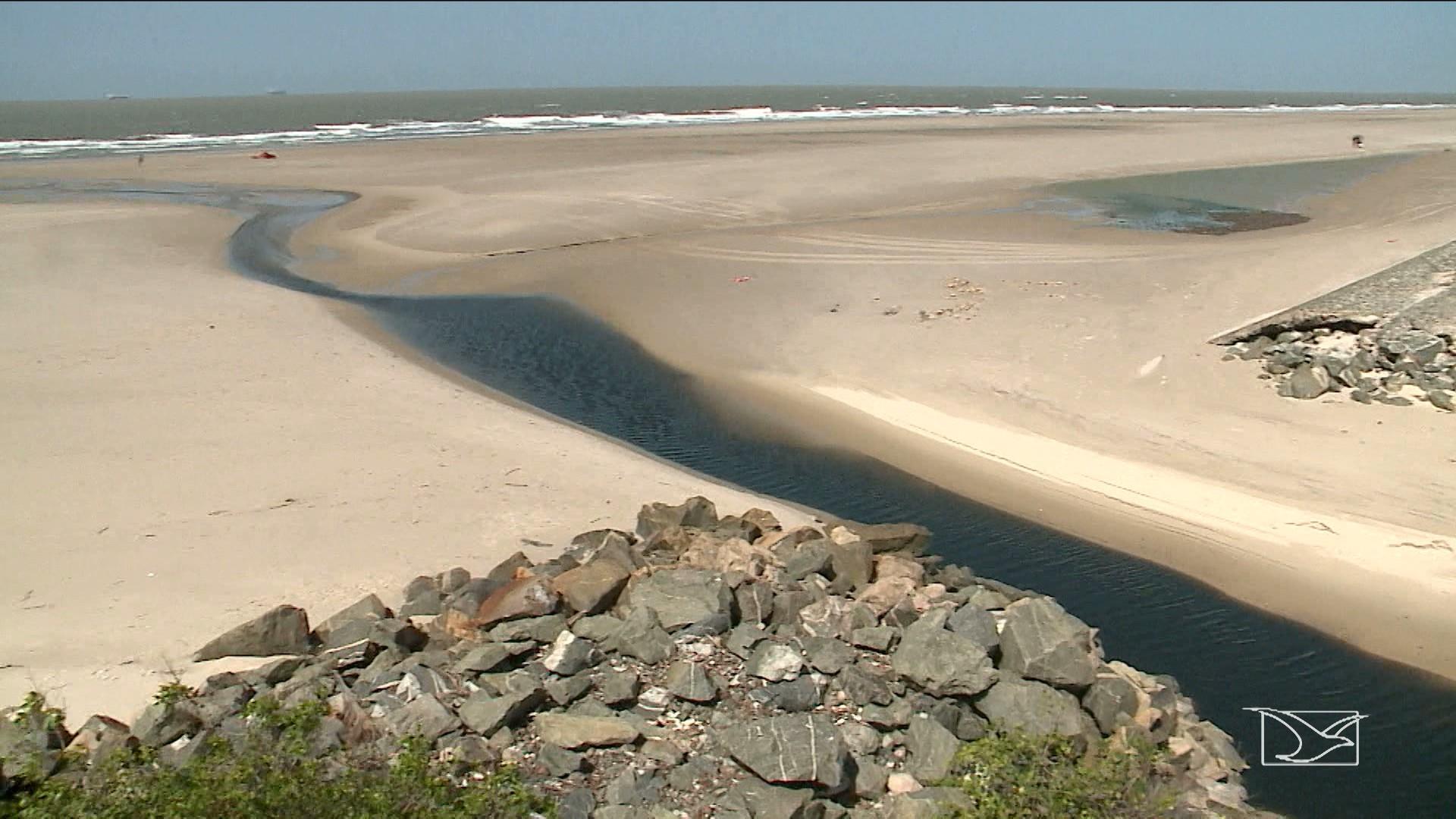"""""""Língua Negra"""" em direção a praia preocupa banhistas no Maranhão"""