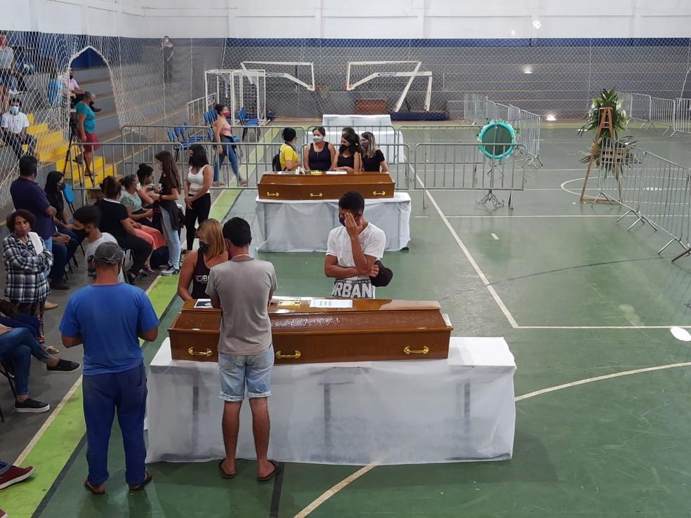 Vítimas de acidente em Taguaí foram veladas em ginásio de Itaí (SP) — Foto: Mike Adas/TV TEM