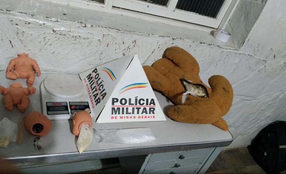 Drogas estavam dentro de brinquedos, de acordo com a Polícia Militar (Foto: Polícia Militar/Divulgação)