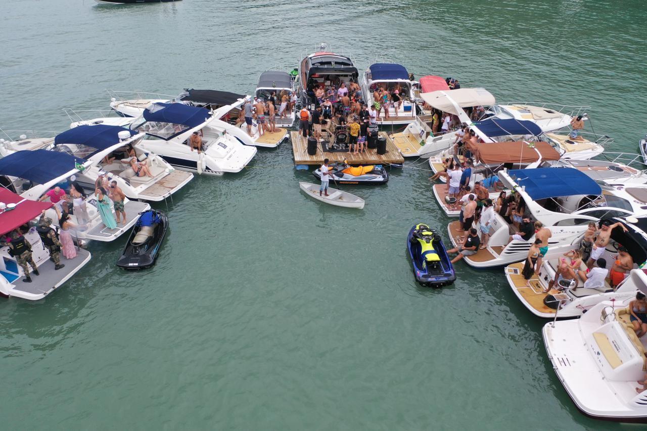 Fiscalização interrompe festa no mar com mais de 20 lanchas e show em deck flutuante em SC; VÍDEO