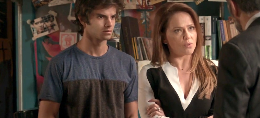 Lili é dura com o marido — Foto: TV Globo
