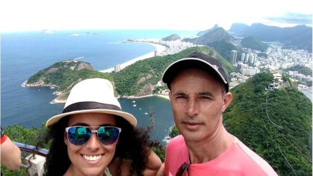 Geovanna Oliveira com o pai, Aroldo Ferreira de Oliveira, no Rio de Janeiro (Foto: ARQUIVO PESSOAL/GEOVANNA OLIVEIRA via BBC)