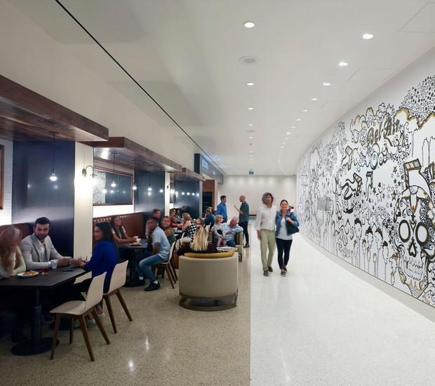 SALÃO | Mesas e cadeiras oferecem ambiente para refeição  (Foto: OUE Skyspace LA/ Reprodução)