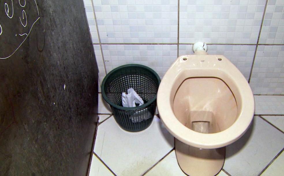 Bebê foi resgatado de cesto de lixo ao lado de vaso sanitário em Andradas (Foto: Reprodução EPTV)