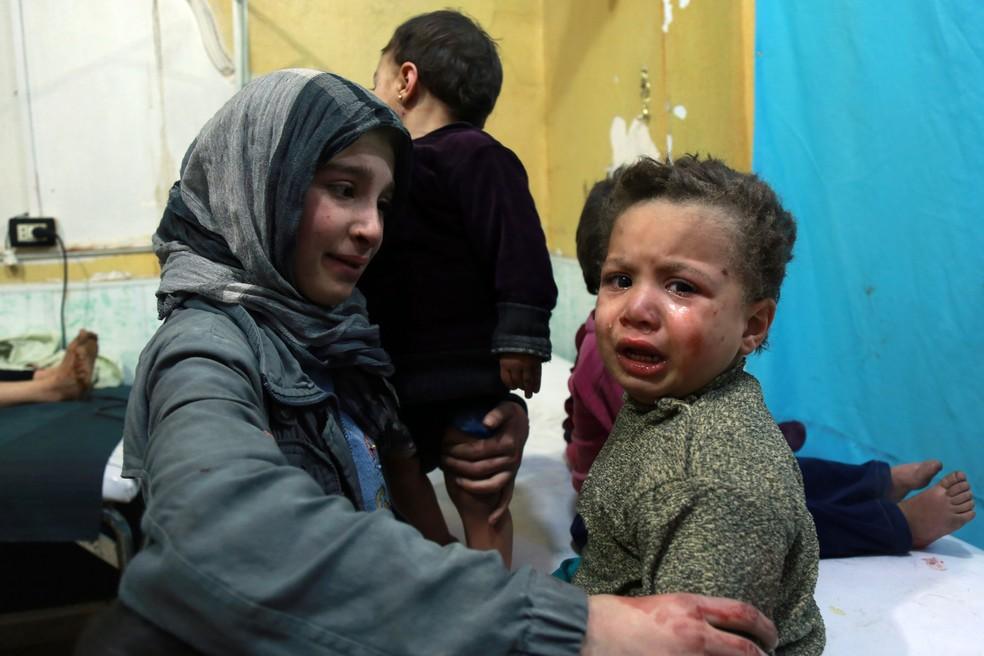 Crianças atendidas em hospital de Douma, em Guta Oriental, após ataques das forças sírias  (Foto: Hamza Al-Ajweh/AFP)