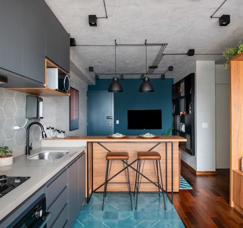 Apê de 50 m² tem estilo industrial, ladrilho azul e ambientes integrados