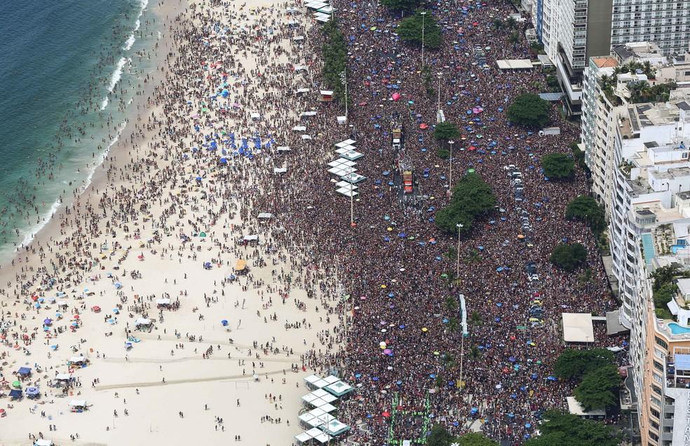 Imagem aérea mostra a multidão que tomou conta da orla de Copacabana durante o bloco A Favorita — Foto: Fernando Maia/Riotur