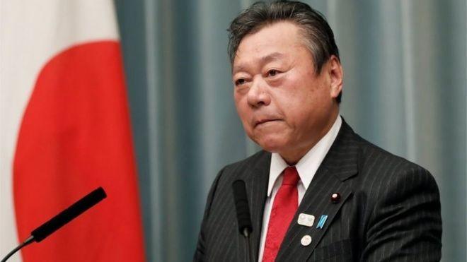 Yoshitaka Sakurada cometeu uma série de gafes desde que foi nomeado ministro no ano passado. (Foto: Reuters, via BBC)