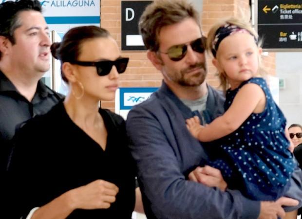 Bradley Cooper e Irina Shayk chegam com sua filha Lea em Veneza (Foto: backgrid )