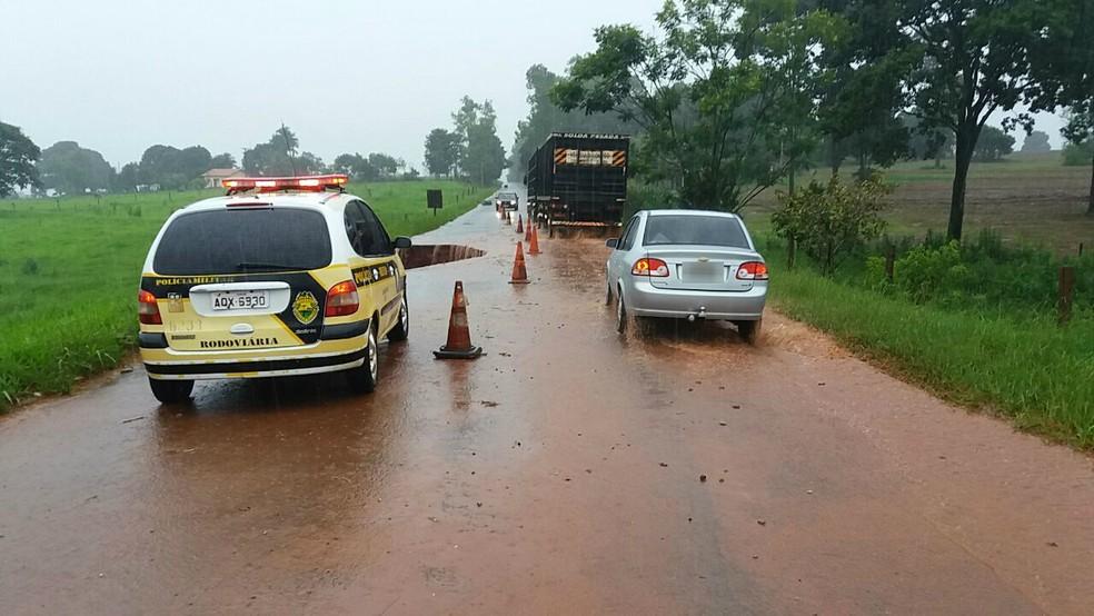 PRE pede para que motoristas reduzam a velocidade e tenham atenção redobrada ao passar pelo trecho interditado, na PR-576, em Tapira (Foto: PRE/Divulgação)