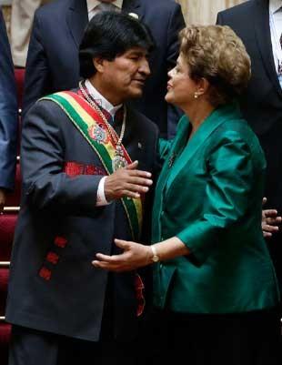 Dilma cumprimenta Evo Morales durante cerimônia de posse do presidente boliviano (Foto: David Mercado / Reuters)