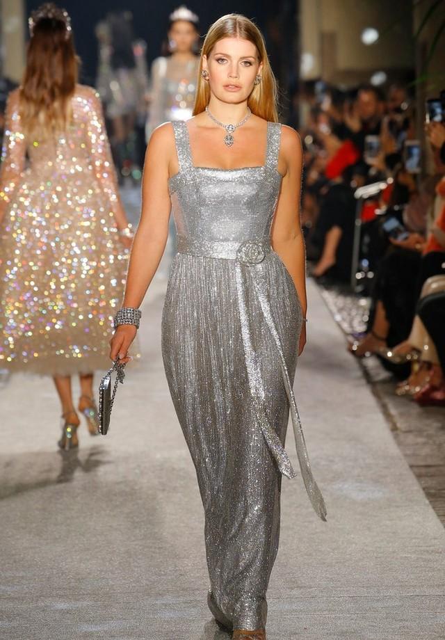 Lady Kitty Spencer, sobrinha da Princesa Diana, desfila para Dolce & Gabbana (Foto: Reprodução)