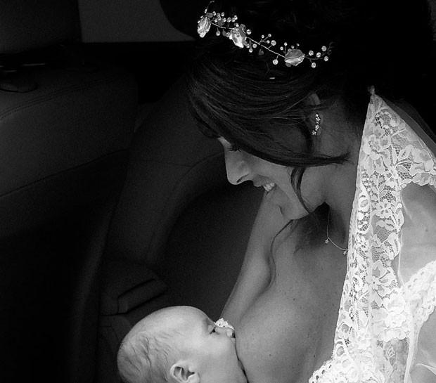 A noiva amamentando seu bebê antes de entrar na igreja (Foto: Reprodução / Facebook Antonio Terrón)
