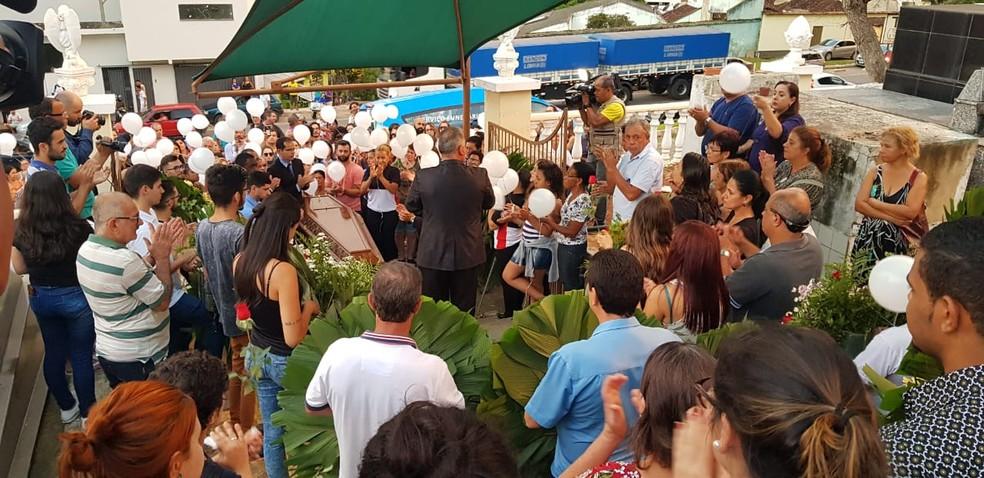 Amigos e parentes de Tales Cotta, que morreu após passar mal no SPFW, prestam homenagens em Manhuaçu. — Foto: Iana Coimbra/TV Globo