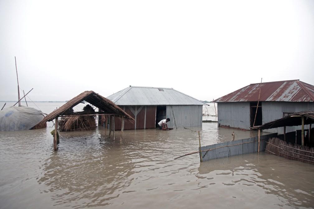 Casas inundadas em Kurigram, Bangladesh, no dia 15 de julho. — Foto: Stringer/Reuters