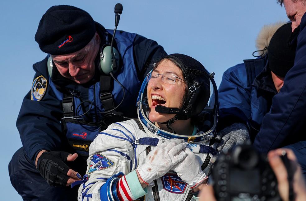 Astronauta da Nasa Christina Koch vibra logo após desembarcar da cápsula espacial russa Soyuz MS-13 nesta quinta-feira (6). — Foto: Sergei Ilnitsky/Pool via Reuters