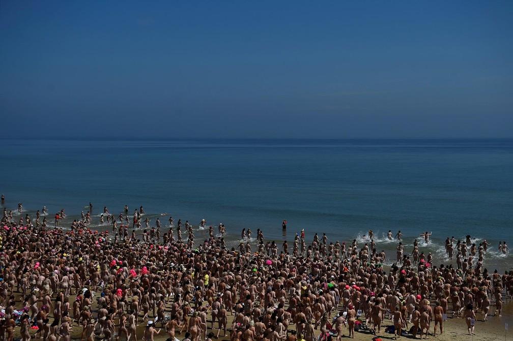 Evento reúne 2.505 mulheres tomando banho de mar nuas na Irlanda (Foto: Clodagh Kilcoyne/Reuters)