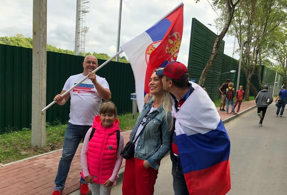 Torcedores russos foram a treino apoiar a Sérvia (Foto: Ivan Raupp)