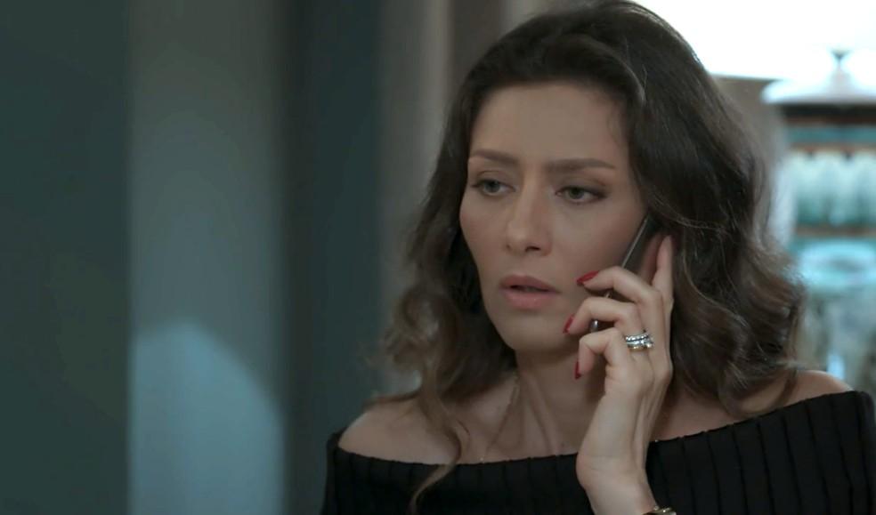 Em 'A Força do Querer', Joyce (Maria Fernanda Cândido) recebe a notícia de que Ivan (Carol Duarte) foi espancado na rua  — Foto: Globo