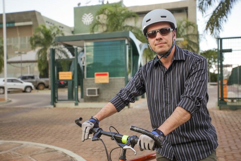 Marcos Giesteira, de 41 anos, faz uso da bicicleta para trabalhar há 6 anos — Foto: Tony Oliveira