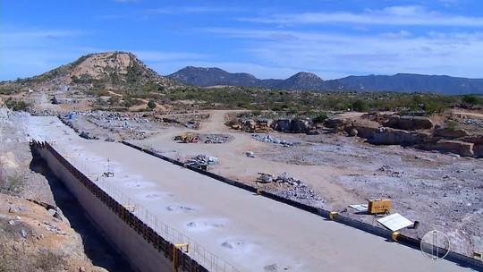 Sem salários há dois meses, operários paralisam obras na barragem de Oiticica, no RN