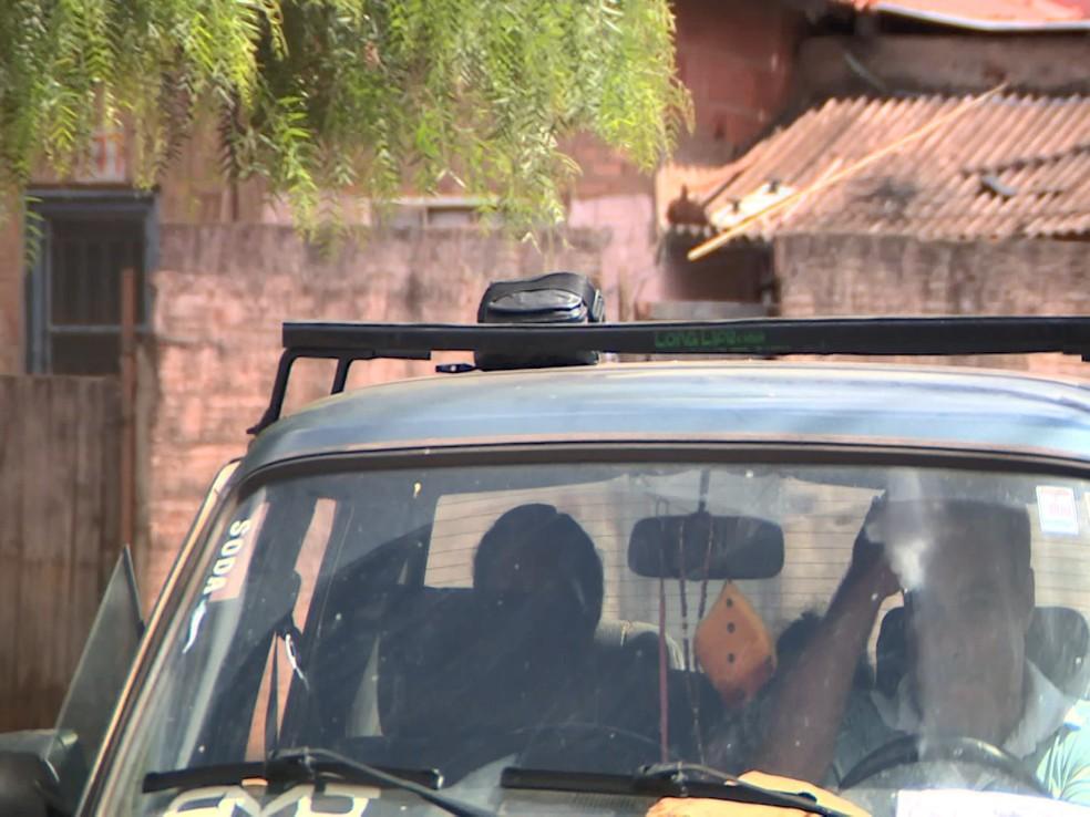 Homem esquece bolsa com mais de R$ 5 mil em cima do carro, em Cordeirópolis (SP) — Foto: Reprodução/EPTV
