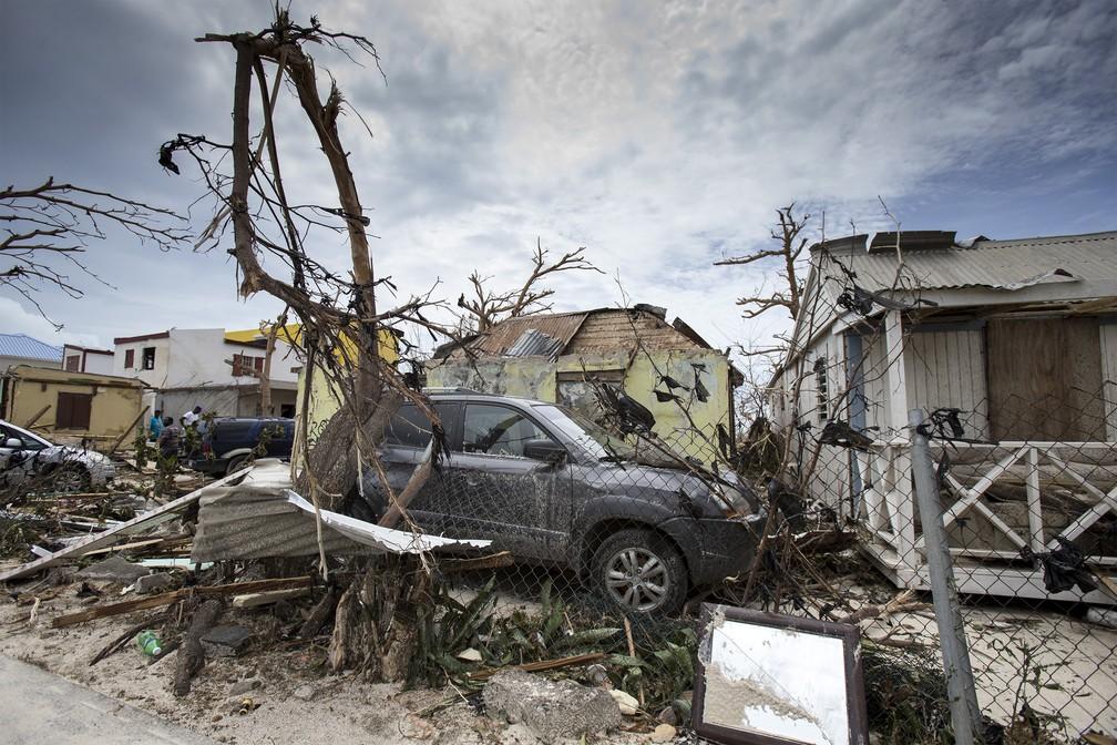 Casas e carros destruídos após a passagem do furacão Irma em St. Maarten (Foto: AP/ Gerben Van Es)