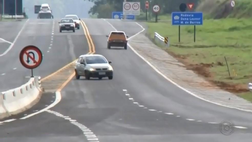 Motoristas se arriscam e trafegam na contramão para escapar de pedágio em Marília — Foto: Reprodução/TV TEM