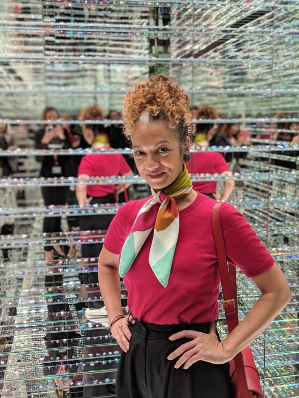 Swarovski: a editora-executiva Adriana Ferreira Silva na biblioteca de cristais, que fica dentro da Manufaktur (Foto: Arquivo Pessoal)