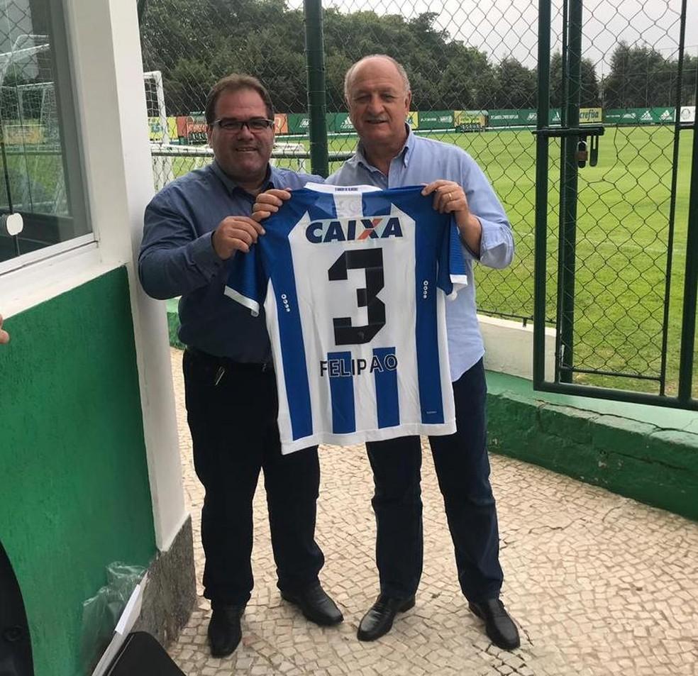 Marcelo de Jesus entrega a camisa 3 do CSA a Felipão — Foto: Ascom/CSA